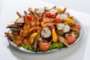 Patera ryb wędzonych i owoców morza